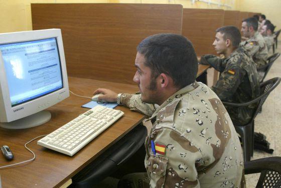 Soldados españoles destacados en Irak, en la base de Diwaniya en marzo de 2004.