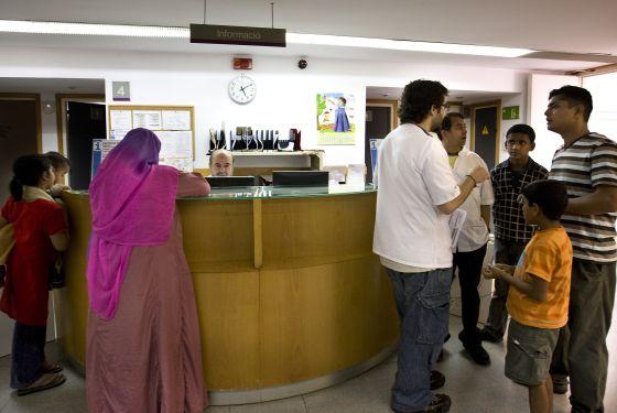 Inmigrantes atendidos en un centro de salud de Barcelona.