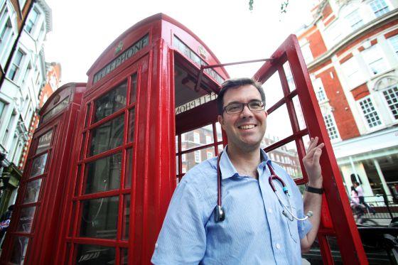 Sergi Ortiz-Alinque, médico de familia, trabaja en un centro de salud de Londres. De momento no tiene pensado volver a España aunque tiene plaza de funcionario.