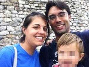 Mercedes López y Jorge Sotoca junto a su hija. Ella es oftalmóloga y él, pediatra; han encontrado trabajo en Suecia.