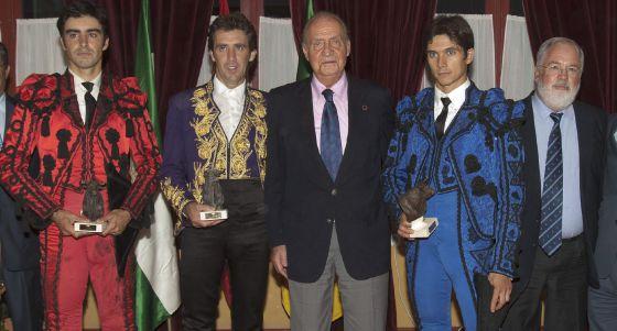 De izquierda a derecha, Miguel Ángel Perera, Pablo Hermoso de Mendoza el rey don Juan Carlos I, Sebastián Castella y Miguel Arias Cañete, tras la corrida de toros del Bicentenario en Cádiz.