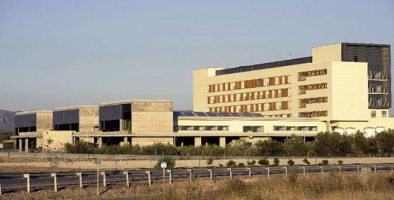 UN NUEVO HOSPITAL, CERRADO Y TAPIADO POR LA CRISIS. Iba a inaugurarse en 2009 pero ahora, casi terminado, la Consejería de Sanidad ha tapiado las puertas del hospital comarcal de Llíria (Valencia), que ha costado 30 millones.