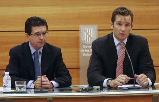 Iñaki Urdangarin (derecha) y el entonces presidente balear, Jaume Matas, durante una conferencia en Palma de Mallorca en 2005.