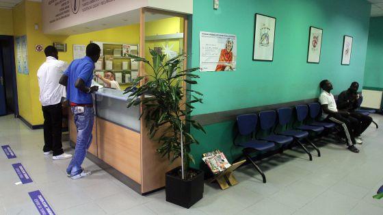 Inmigrantes en el centro de salud de Osakidetza en Bilbao.
