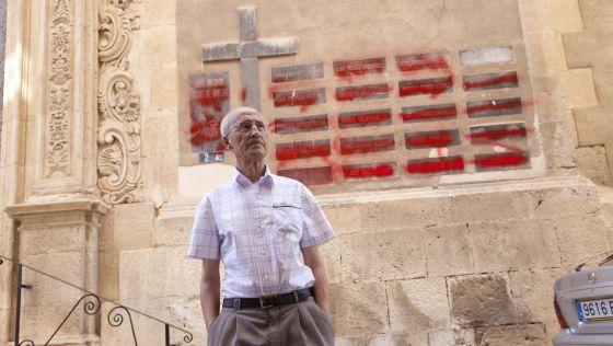 José Gallego, delante del muro del que tachó los nombres.