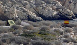 Militares españoles levantan una tienda de campaña en Isla de Tierra.