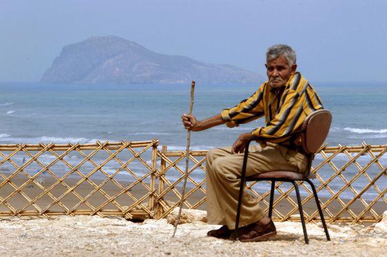 Amar Binauda, antiguo pescador de la zona, frente a la isla del Rey Francisco, en el archipiélago de las Chafarinas.