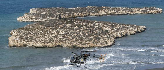 Un helicóptero militar marroquí sobrevuela la playa de Sfiha frente a los peñones españoles.