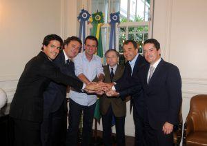 Bañuelos (derecha) y Alejandro Agag (segundo por la izquierda), tras el acuerdo en Río de Janeiro para celebrar un campeonato de Fórmula 1 de coches eléctricos.