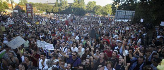 Manifestantes contra las medidas de austeridad del Gobierno portugués, por las calles de LIsboa.