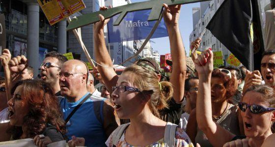 Asistentes a la marcha de protesta contra la austeridad en Lisboa.