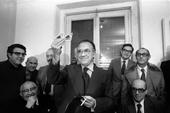 Santiago Carrillo muestra su carné de militante del Partido Comunista de España (PCE) en Madrid, en una rueda de prensa clandestina en 1976.