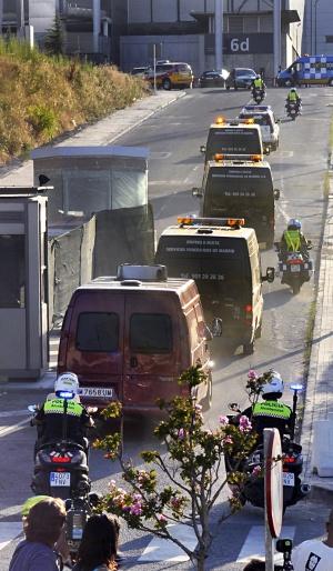 Traslado de cadáveres del accidente al pabellón de Ifema en Madrid.