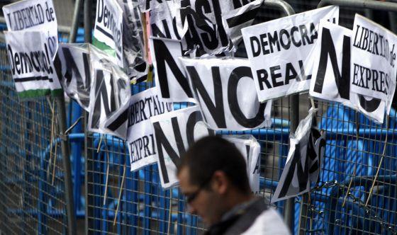 Carteles en la manifestación del 25-S.