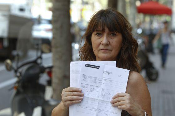 Mercedes Castro Muestra el recibo de lo que debe pagar del impuesto de plusvalía después de devolver el piso al banco.rn