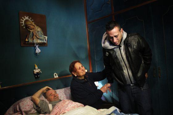 Vicente Torres (en la cama), enfermo de corazón, avaló con su casa el crédito hipotecario de su hijo. A su lado, su cuñada y su nieto Jonatan.
