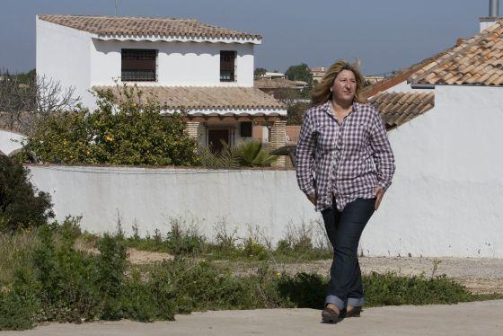 La concejala de urbanismo, Marisol Ayala en la urbanización Borreguito, construida ilegalmente en Chiclana, el pasado martes.