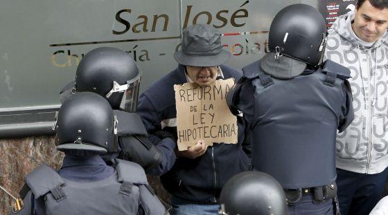 La policía interviene en un desahucio en Madrid el pasado noviembre.
