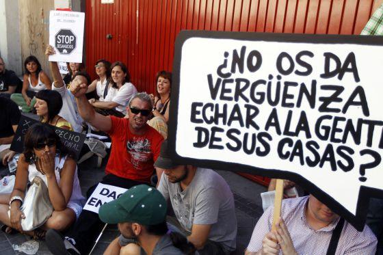Varias personas intentan evitar un desahucio en Madrid en 2011.