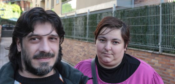 Antonio Campos e Igone Aldaregia, padres de cuatro hijos y en paro, están a punto de perder su casa de protección oficial.