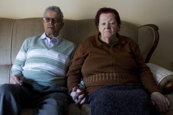 Aquilino Álvarez y Pilar Rodríguez, este lunes, en su casa de Barcelona.