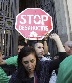 Un centenar de activistas de la Plataforma de Afectados por la Hipoteca (PAH) de toda Cataluña se manifestaban el lunes.