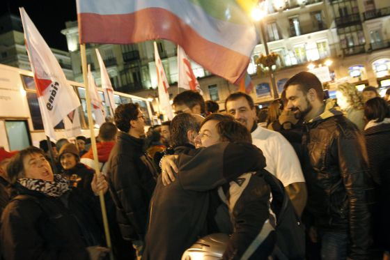 Colectivos de gays y lesbianas celebran la decisión del Tribunal Constitucional en la Puerta del Sol de Madrid.