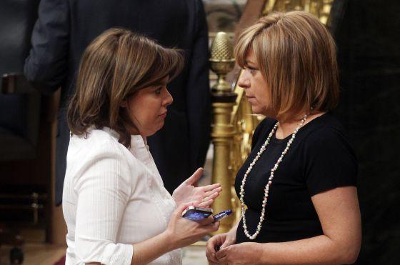 La vicepresidenta y la 'número dos' del PSOE durante un Pleno en el Congreso.