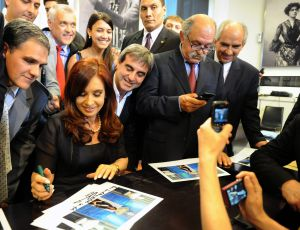 La presidenta de Argentina, Cristina Fernández firma autógrafos en la Casa Rosada.