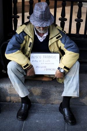 Un hombre pide limosna en una calle de Madrid.