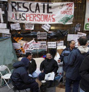 Afectados por los desahucios acampan ante la sede de Bankia en la madrileña plaza de Celenque.