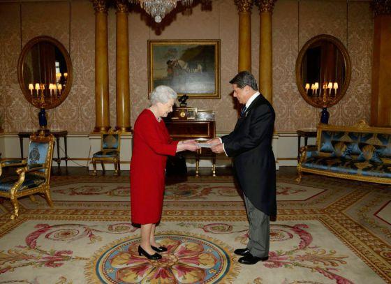 El embajador español en Reino Unido, Federico Trillo, en audiencia privada con la reina Isabel II, en el palacio de Buckingham, el pasado 23 de octubre.