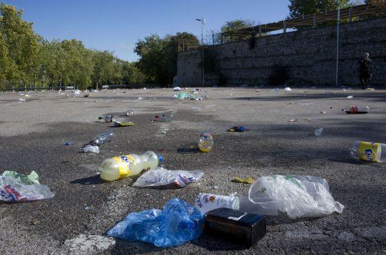 Aspecto del aparcamiento del Madrid Arena la mañana después de la fiesta.