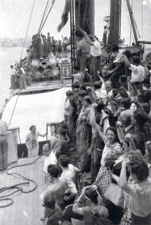 Un grupo de exiliados llega al puerto mexicano de Veracruz en el barco Vapor Flandes.