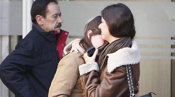 Amigas de la quinta víctima de Madrid Arena, María Teresa Alonso Vinateros, lloran su fallecimiento en la Fundación Jiménez Díaz.