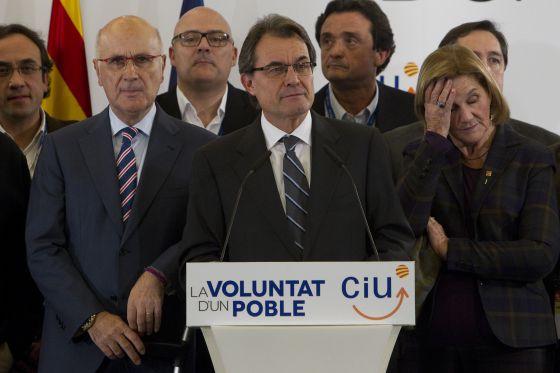 Junto a Mas, Josep Antoni Duran Lleida aparece conmocionado, mientras Nuria de Gispert, presidenta del Parlamento catalán, se palpa la frente. Detrás, a la izquierda, Josep Rull, secretario de organización de CDC; los diputados Lluís Maria Corominas y Benet Maimí, directores de la campaña, defraudados tras perder 12 escaños.
