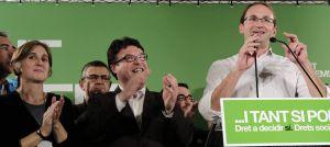Iniciativa (ICV-EUiA) ejerció el papel de oposición más genuina contra los recortes y es la autora del famoso símbolo de las tijeras antirrecortes, tan utilizado en las manifestaciones. El líder, Joan Herrera, celebra pasar de 10 a 13 escaños junto a Joan Josep Nuet, dirigente de Esquerra Unida Alternativa. Detrás, Salvador Milà, exconsejero de Medio Ambiente del primer tripartito.