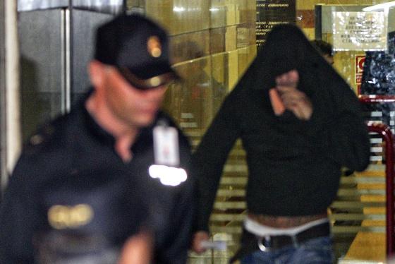 El actor porno Nacho Vidal se tapa el rostro a la salida de la Audiencia Nacional, tras declarar ante el juez, en octubre pasado.