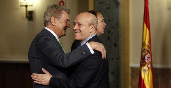 El presidente del Congreso, Jesús Posada, saluda al ministro de Educación, José Ignacio Wert. En segundo término, el presidente del Senado, Pío García Escudero.