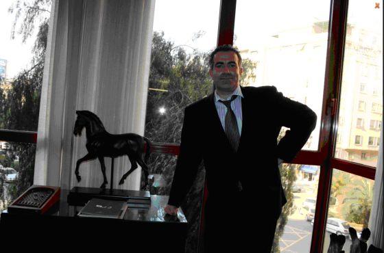 Ángel de Cabo en su despacho.