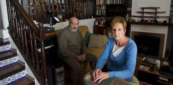 Encarnación Abalos y Manuel Galván en la casa de alquiler donde viven ahora en Málaga.