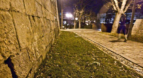 La rendija de la muralla de Pamplona en la que la Guardia Civil metió el sobre que recogió Cervera.
