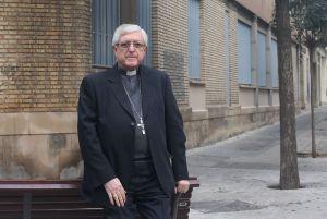 El obispo de Lleida, ante el antiguo seminario que será destinado a viviendas sociales.