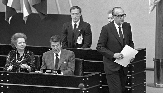 Margaret Thatcher, Ronald Reagan y Leopoldo Calvo-Sotelo en una reunión de la OTAN en Bonn, en 1982.