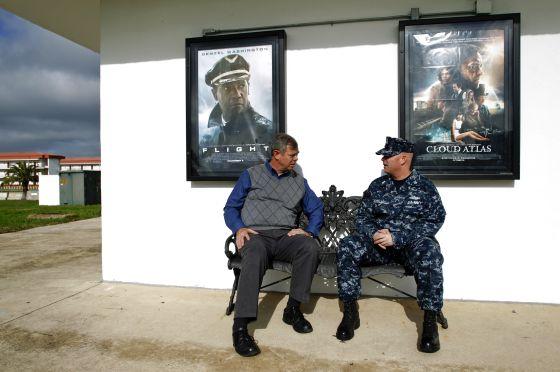 Tom Brenan, veterano militar estadounidense y McLary, recién llegado a Rota le aconseja que no se quede en la base y salga a divertirse