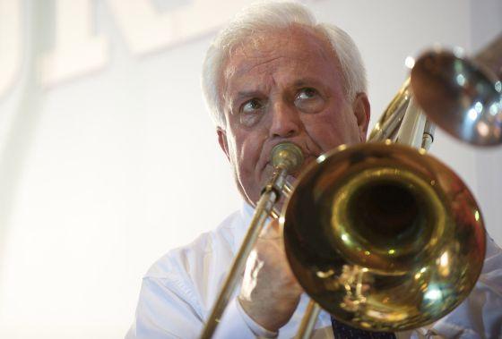 Baltar toca el trombón en una fiesta con trabajadores de la Diputación de Ourense el pasado abril.