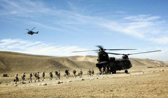 Un helicóptero Chinook recoge a soldados en la base española de Ludina, en Afganistán.