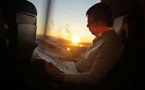 Un pasajero viaja en el tren de alta velocidad entre Madrid (Atocha) y Figueres Vilafant.