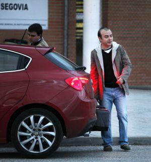 Ángel Carromero abandona la prisión de Segovia.