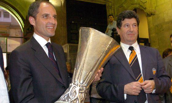 Es mayo de 2004: Camps sujeta la copa de la UEFA que ganó el Valencia en presencia del presidente del club, Jaime Ortí.